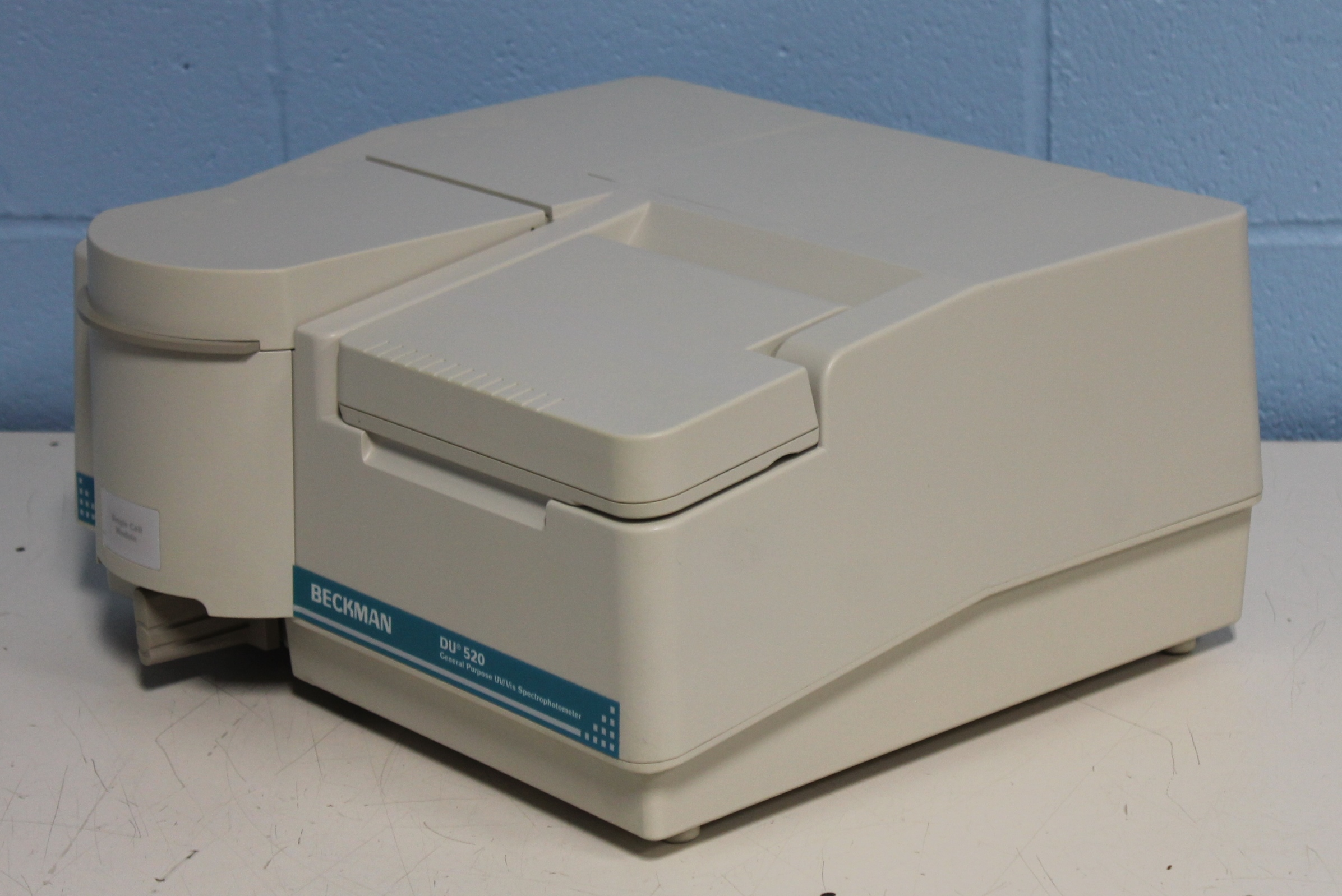 uv spectrophotometer An uv / vis spectrophotometer, will design a deuterium lamp with a halogen lamps, in order to cover the entire uv and visible light wavelength.