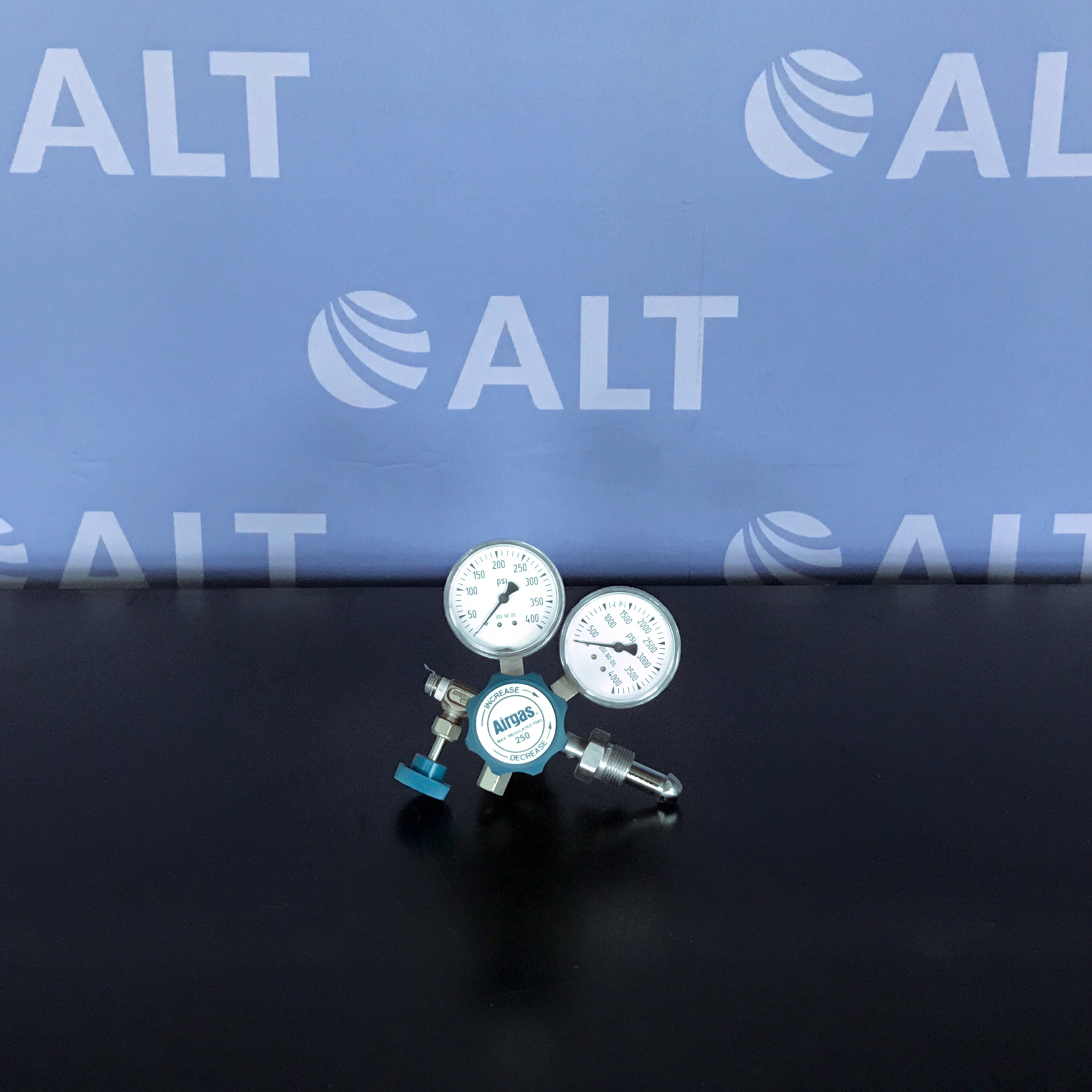 Airgas Y12-244F Two Stage Brass 0-25 psi General Purpose Cylinder Regulator Image