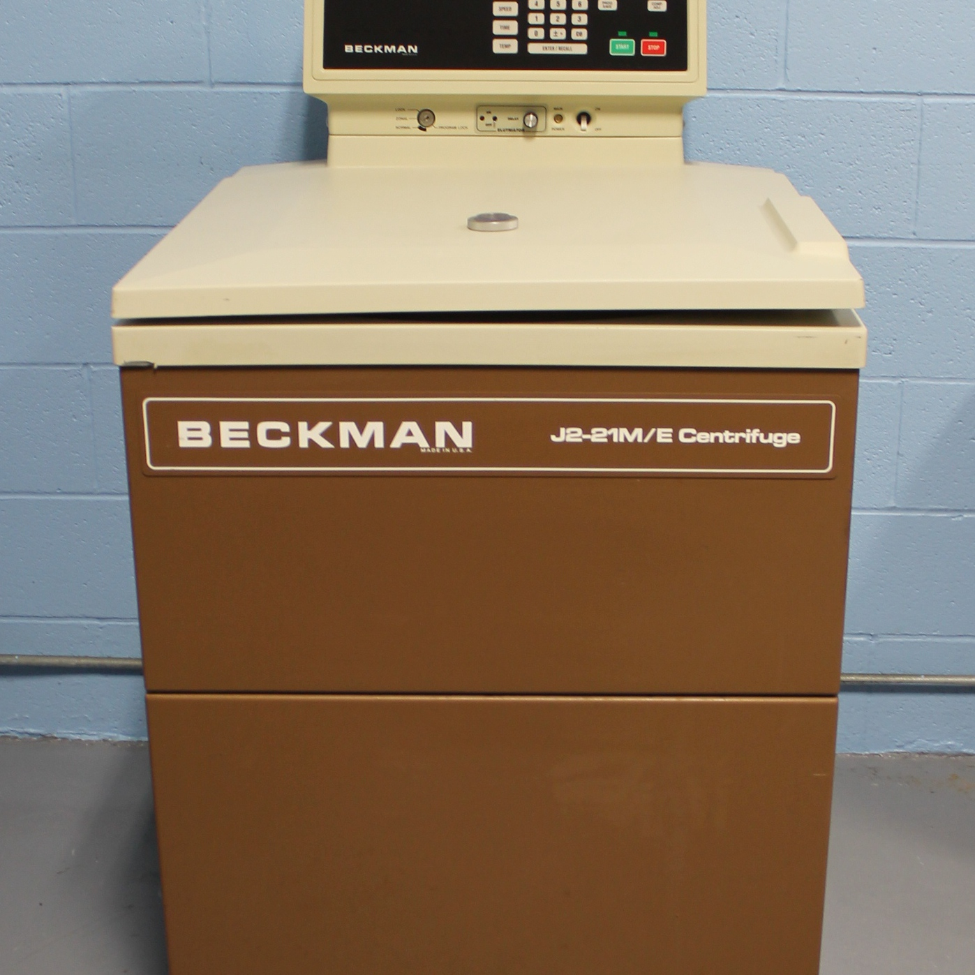 Beckman J2-21 M/E Superspeed Refrigerated Floor Centrifuge with JE-6B Elutriator Rotor Image